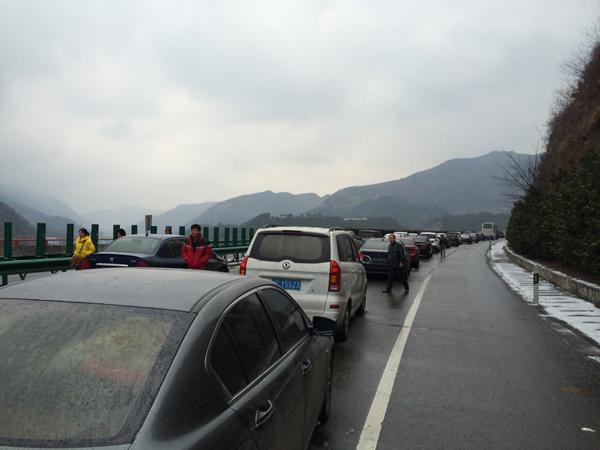 时许,京昆高速西安汉中往成都方向发生车祸,十多辆汽车连环相撞,